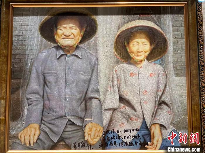 画作中的海南长寿夫妇。 王子谦 摄