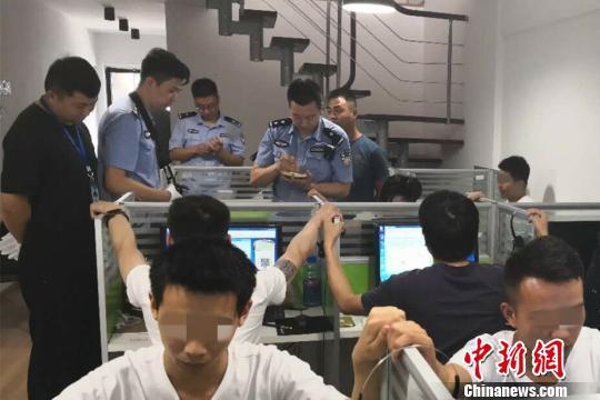 资料图:2018年7月,武汉警方破获特大网络诈骗案。图为抓捕现场 刘万鹏 摄