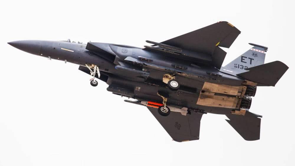 美国F-15战斗机挂载B61-12战术核炸弹试飞