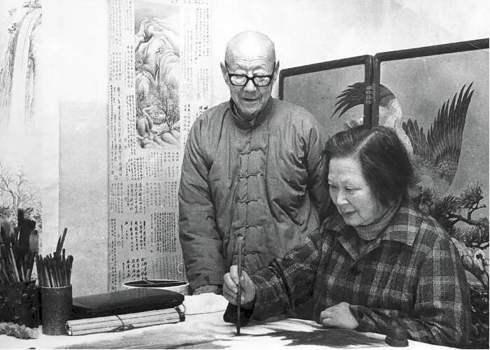 上图_ 晚年时期张伯驹在看夫人潘素作画