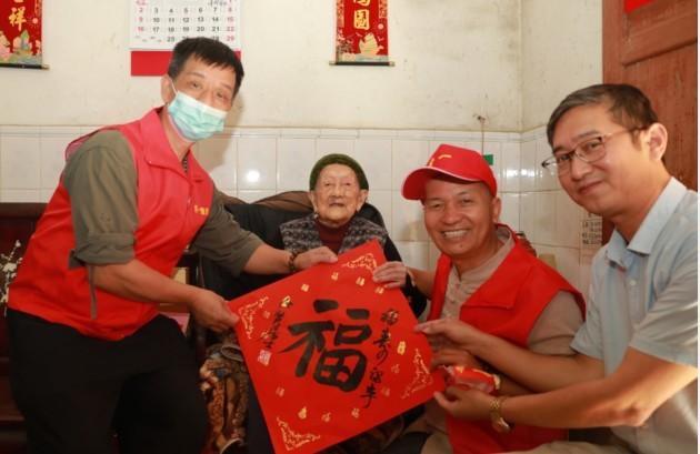 广东肇庆各界爱心人士重阳节前慰问世界长寿之乡鼎湖区的百岁老人