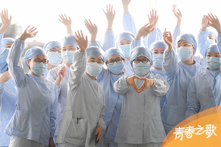 2020年3月23日,武汉市第一医院一些医护人员在武汉天河机场为广东第14批援鄂医疗队送行。