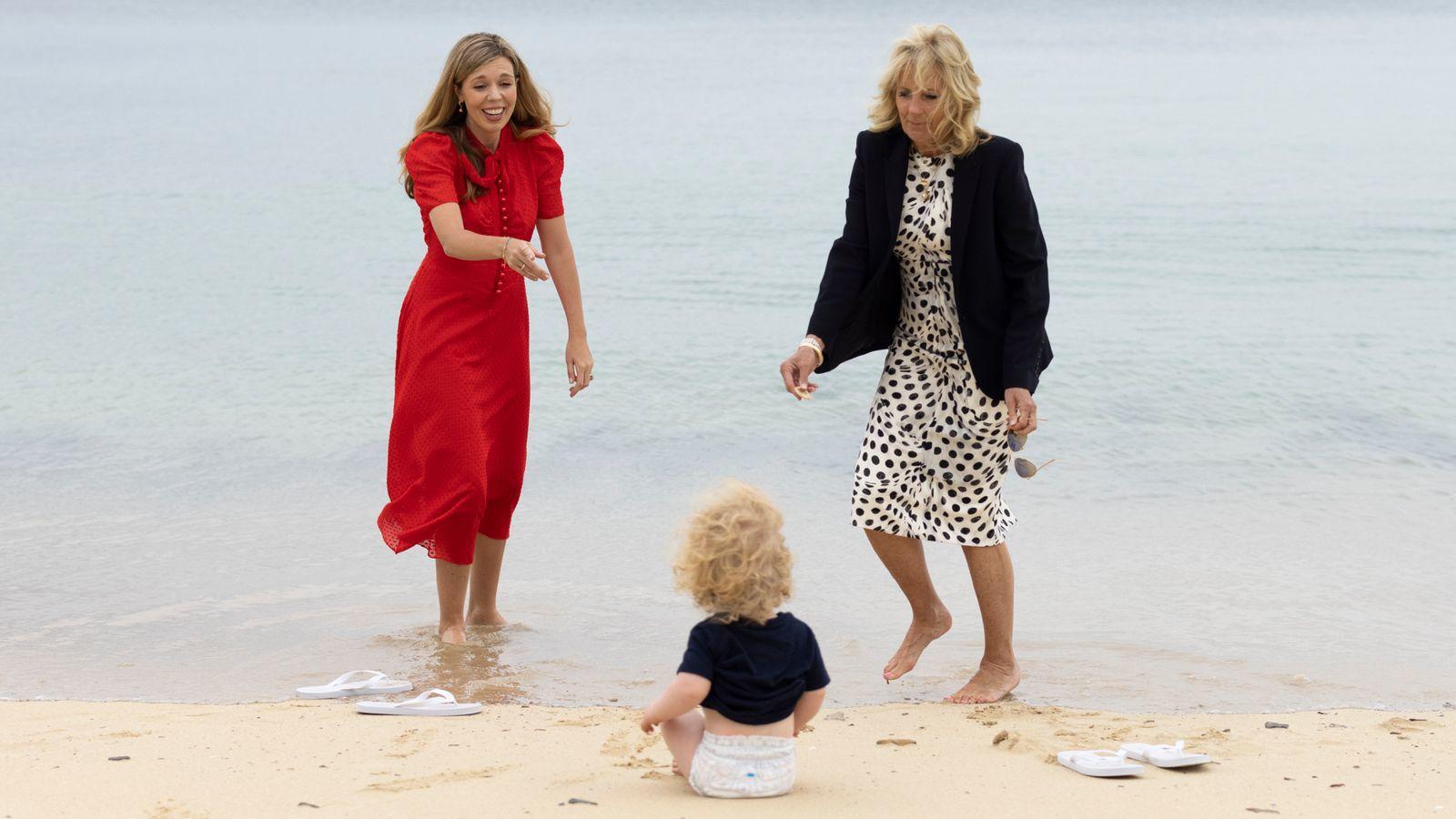 ↑英美第一夫人在海滩散步。图据唐宁街10号官网