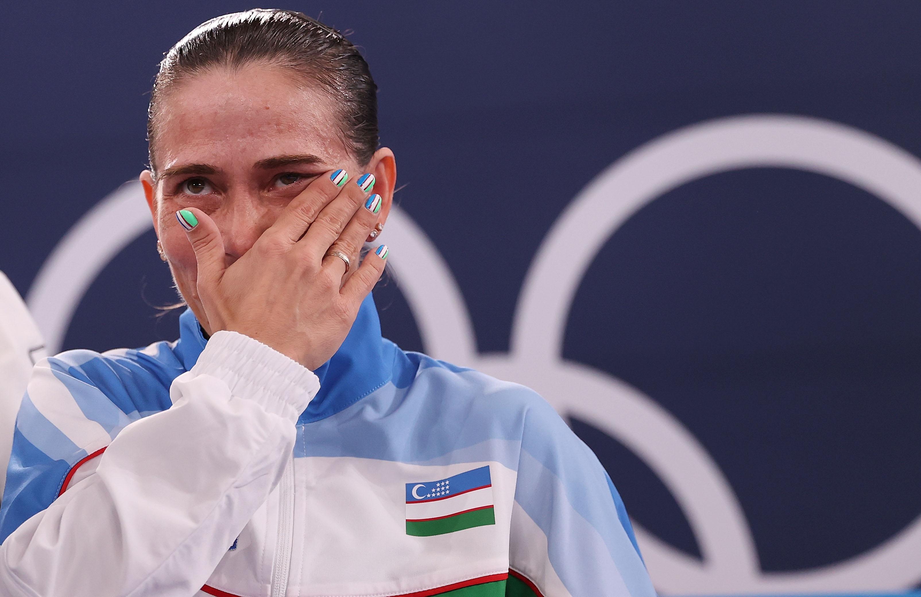 7月25日,丘索维金娜在比赛后流泪。新华社记者 曹灿 摄