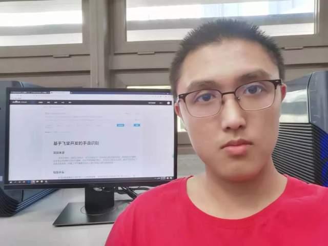 图 | 曹志浩和自己利用飞桨开发的手语识别项目