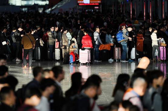 2019年1月29日,旅客在深圳北站候车厅排队候车。图 新华社