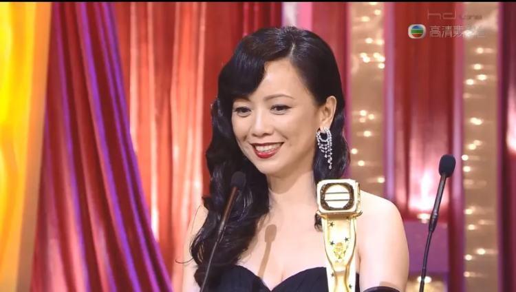 颁奖礼上,邓萃雯穿着一身黑色裙装,异常优雅