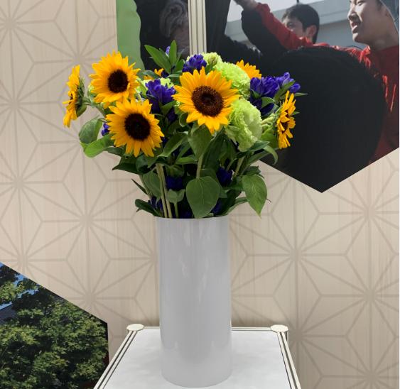 多种花材组成的颁奖花束