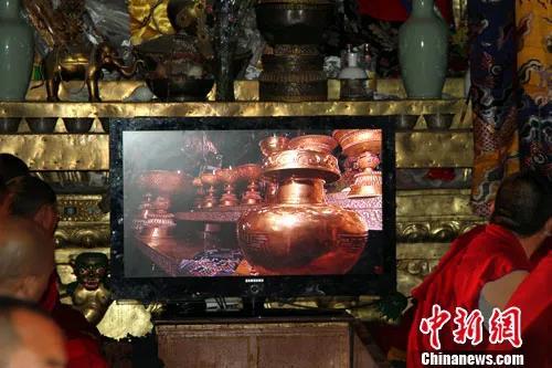 资料图:2010年7月4日清晨,第五世德珠活佛转世灵童金瓶掣签仪式在拉萨大昭寺释迦牟尼佛像前庄严举行。中新社发 徐长安 摄