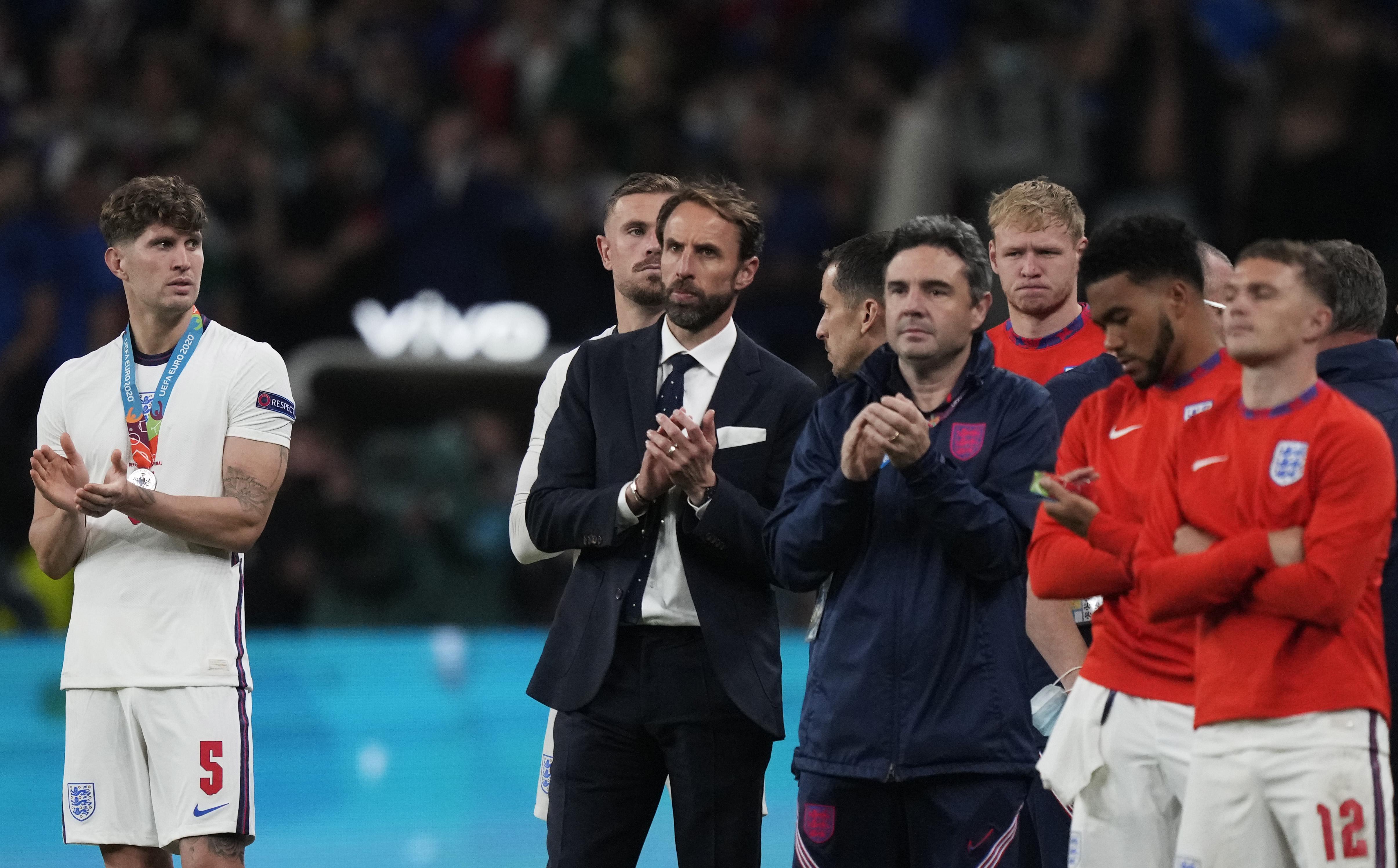索斯盖特鼓励球员们。