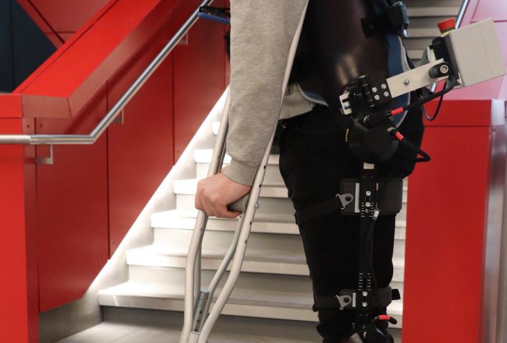 """科学家利用人工智能改进假肢:可实现""""自主行走"""""""