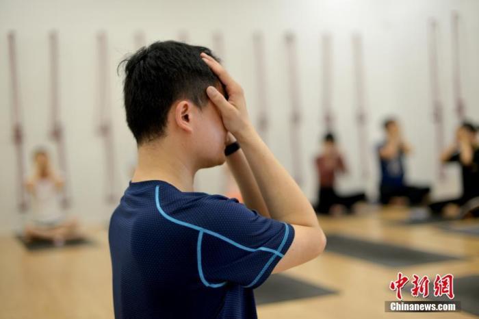 """资料图:广州一家瑜伽馆开了一门""""睡眠术""""课。中新社记者 姬东 摄"""