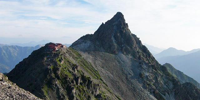 """日本第5高峰——枪岳,标高3180米。由于受冰雪侵蚀,形如朝天之枪,相当尖锐陡峭,有""""日本的马特洪峰""""之称,入选日本百名山,十分受到登山爱好者的青睐。"""