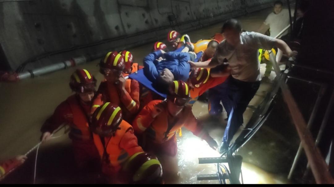 對話鄭州地鐵5號線救援人員:湍流中組人墻保護被困者