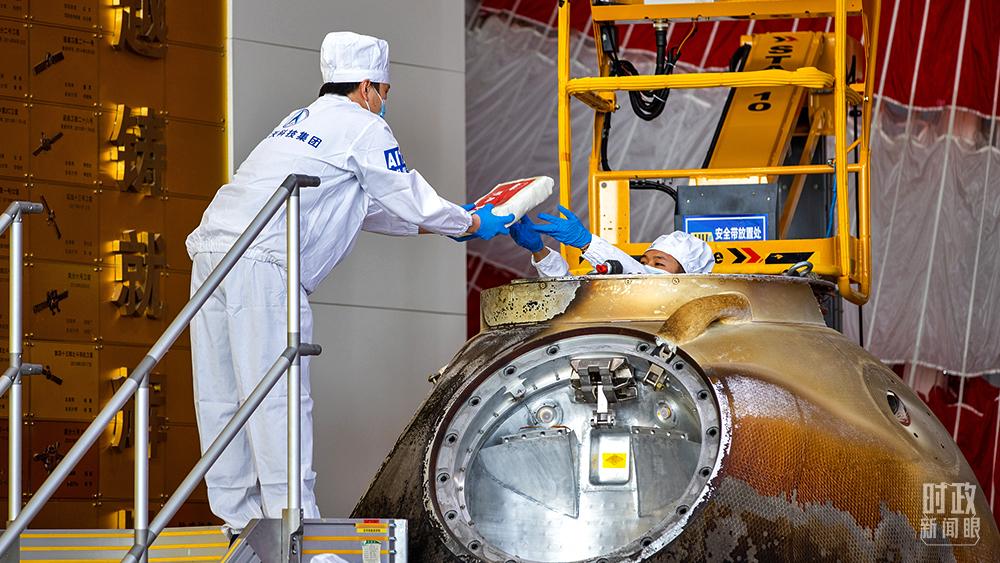 △2021年9月27日,神舟十二号载人飞船返回舱开舱仪式在北京举行,现场共同见证航天育种等搭载物品出舱。(图/视觉中国)