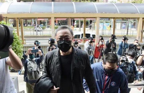 2月28日,戴耀廷等人到马鞍山警署报到。图源:中新网