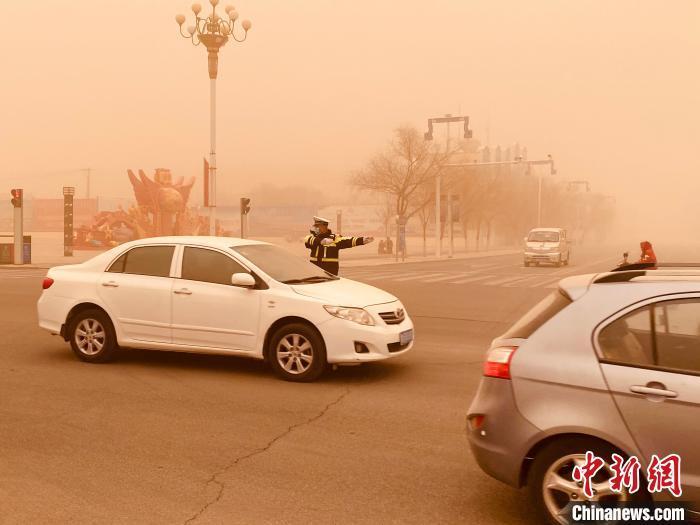 图为阿拉善右旗遭遇强沙尘暴天气,最低能见度不足10米。 石斌 摄