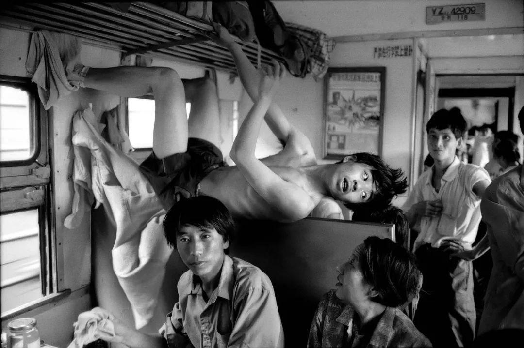 40年前的春运火车 有人围桌打麻将,有人当场生孩子 最新热点 第9张