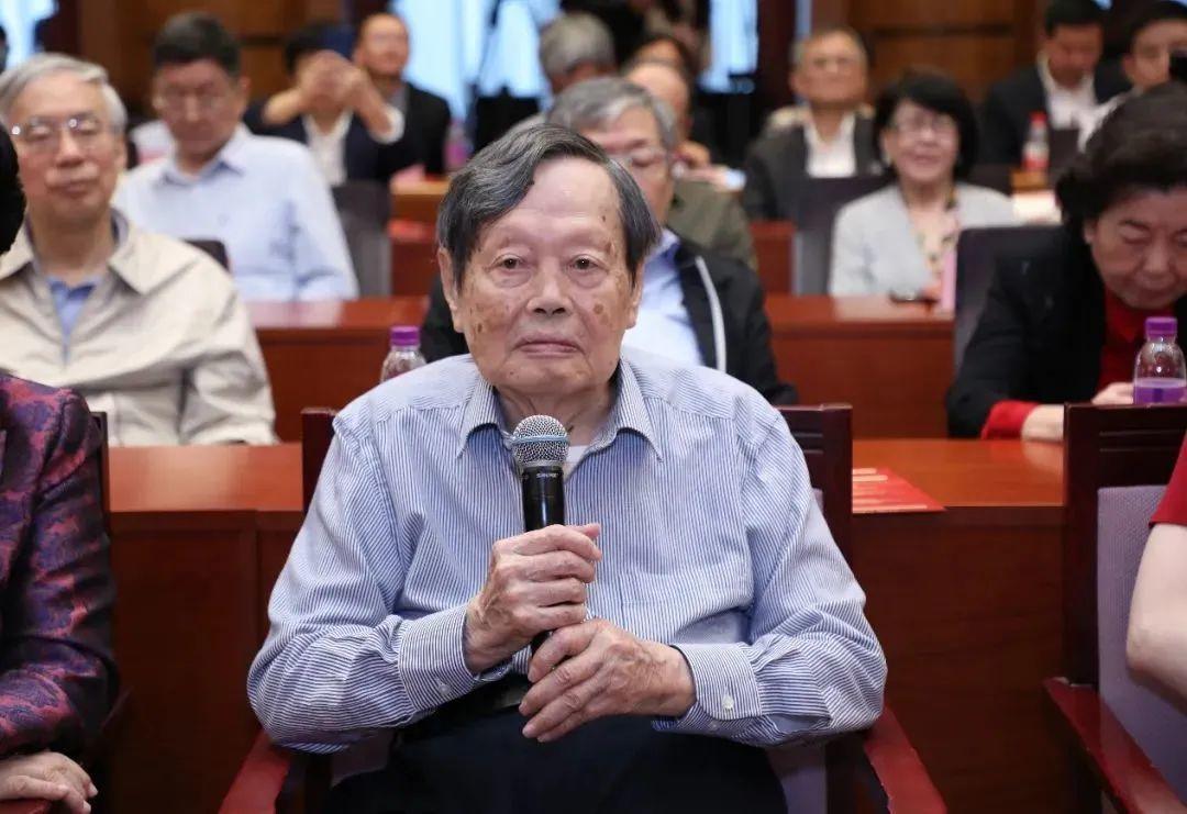 杨振宁100岁生日,华东师范大学送了两份礼物
