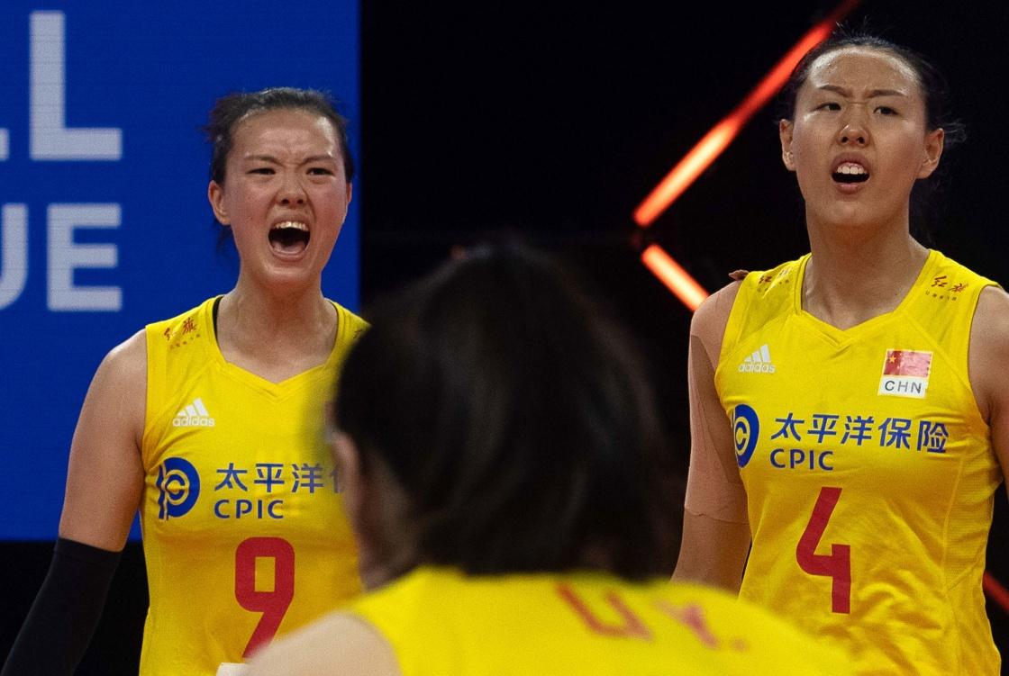张常宁(左)和杨涵玉在比赛中。新华社 图