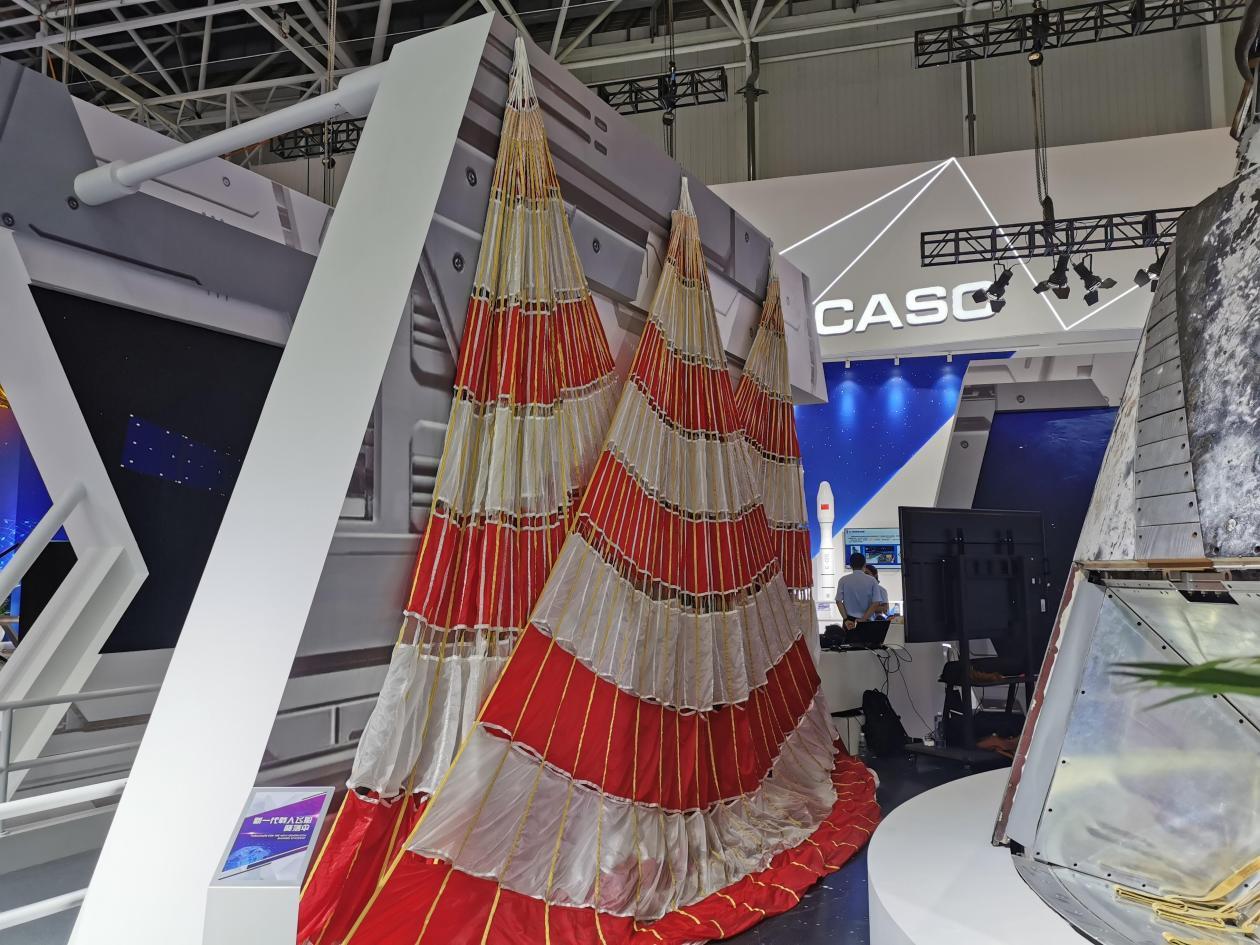 回收着陆系统的3顶红白相间的大降落伞。