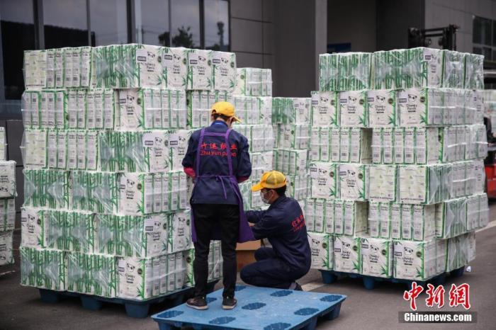 资料图:2020年4月,贵州竹运纸业有限公司的工人在整理即将出口的卫生纸。中新社记者 瞿宏伦 摄