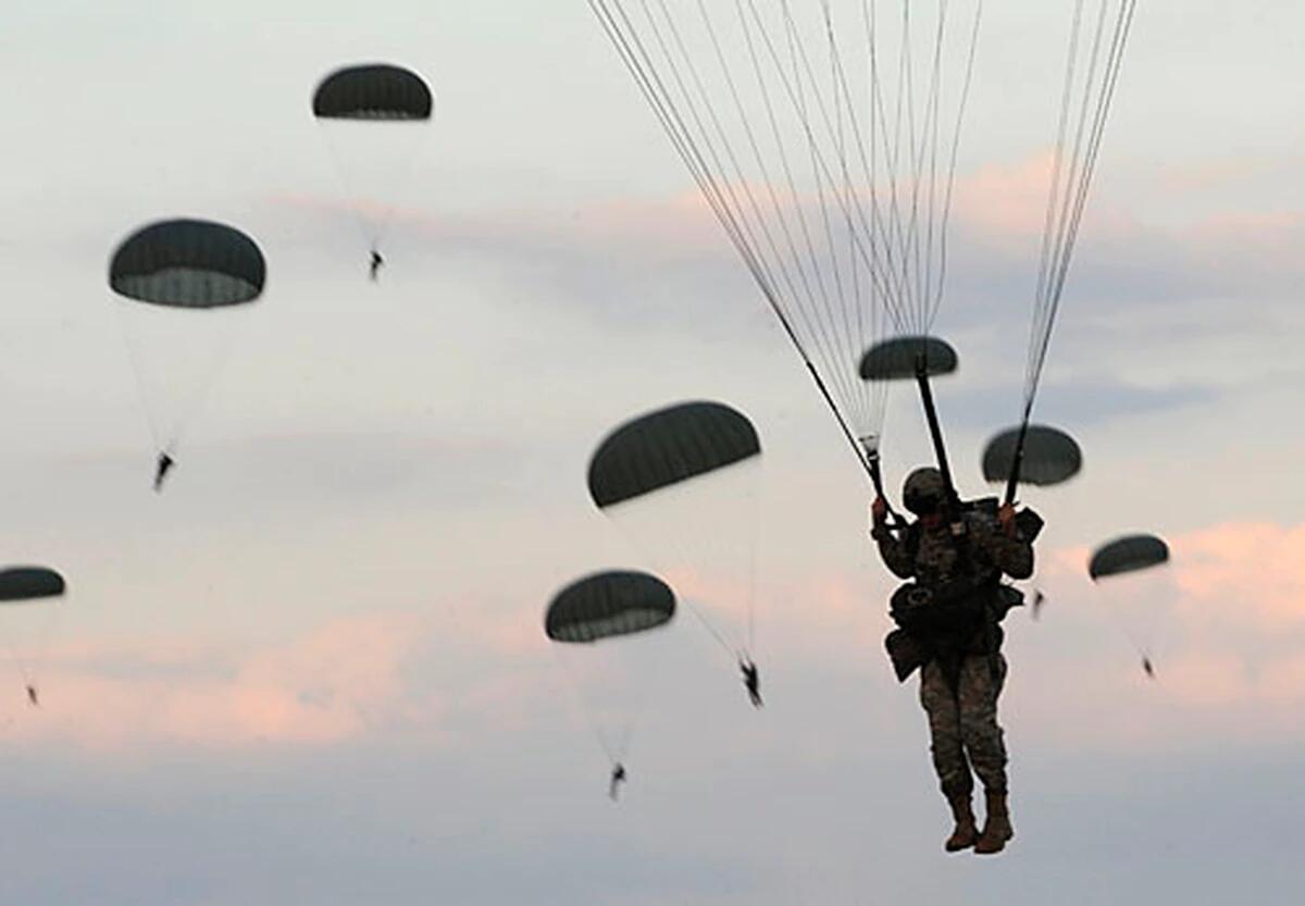 美国陆军第82空降师伞兵参加跳伞训练