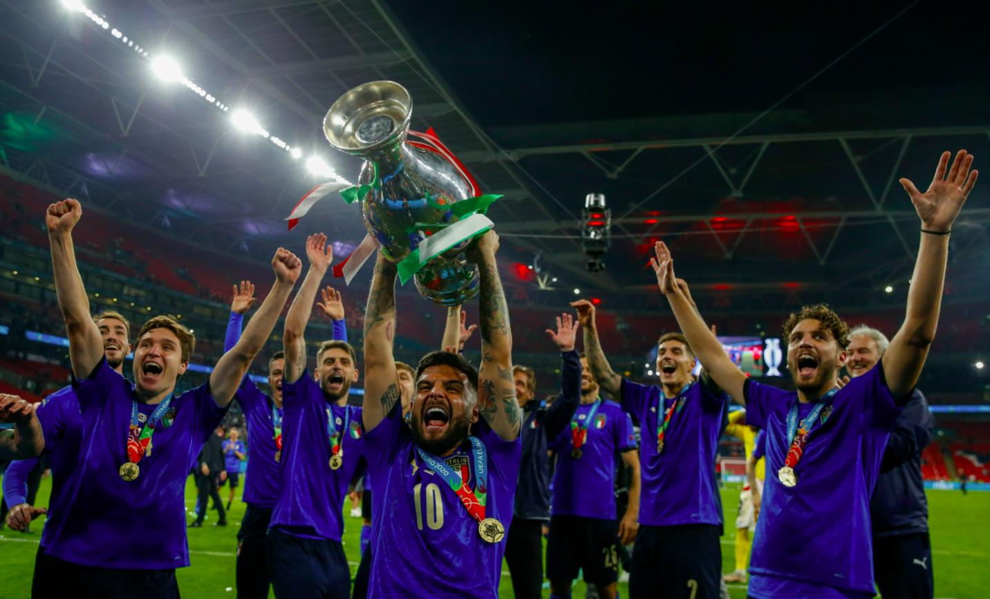 意大利球员高举冠军奖杯。图/新华社