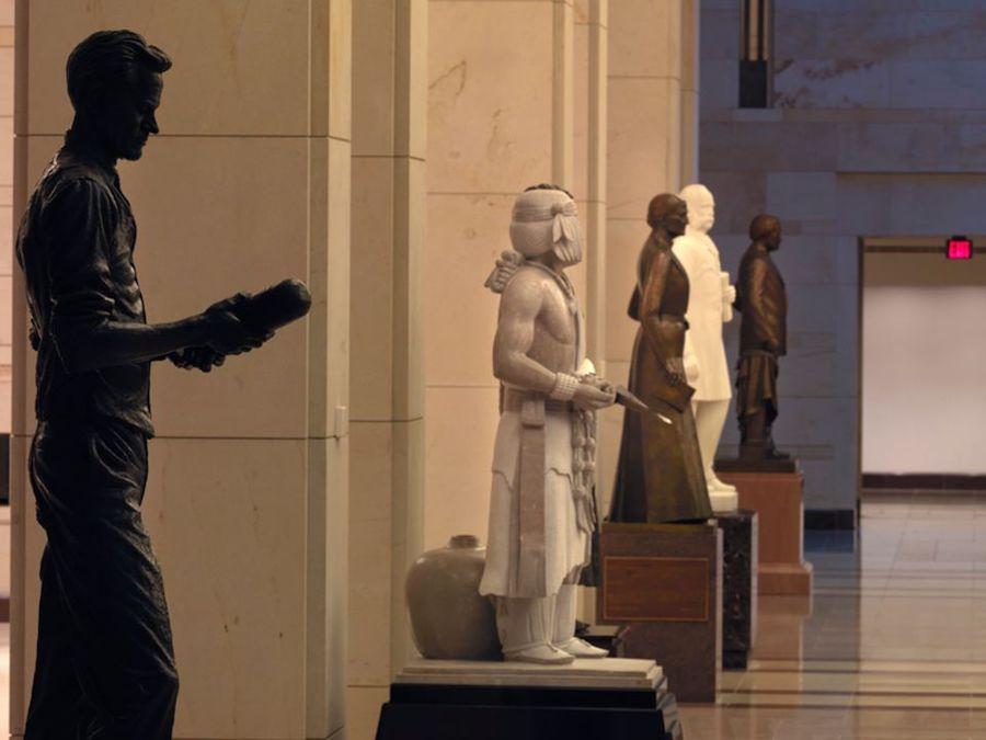 每个州贡献两尊杰出公民的雕像在大厅内永久展示。