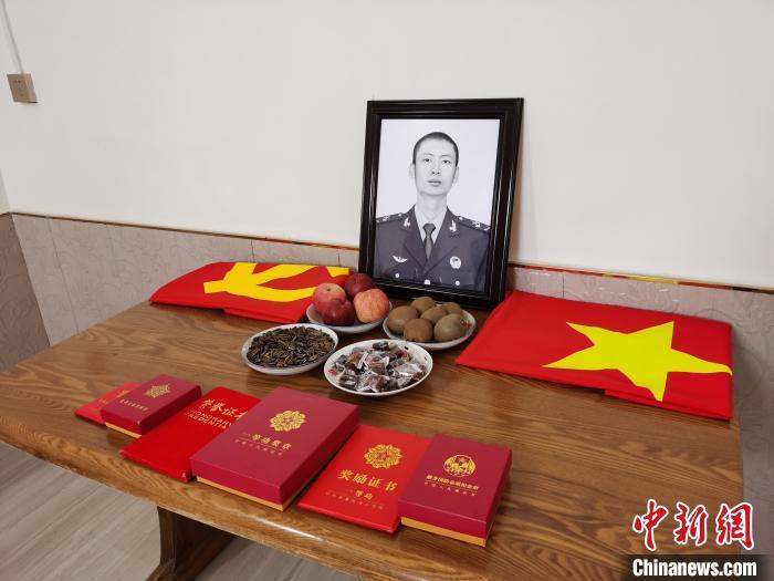 党旗、国旗、荣誉,成为肖思远短暂生命中辉煌的印记。 王登峰 摄