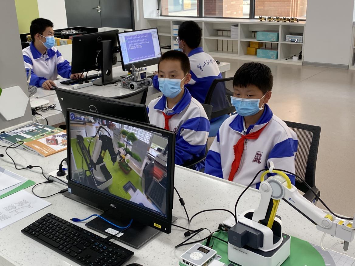 """【众智成城】人工智能助力教育 中学生操纵机器人写下""""赋能未来"""""""