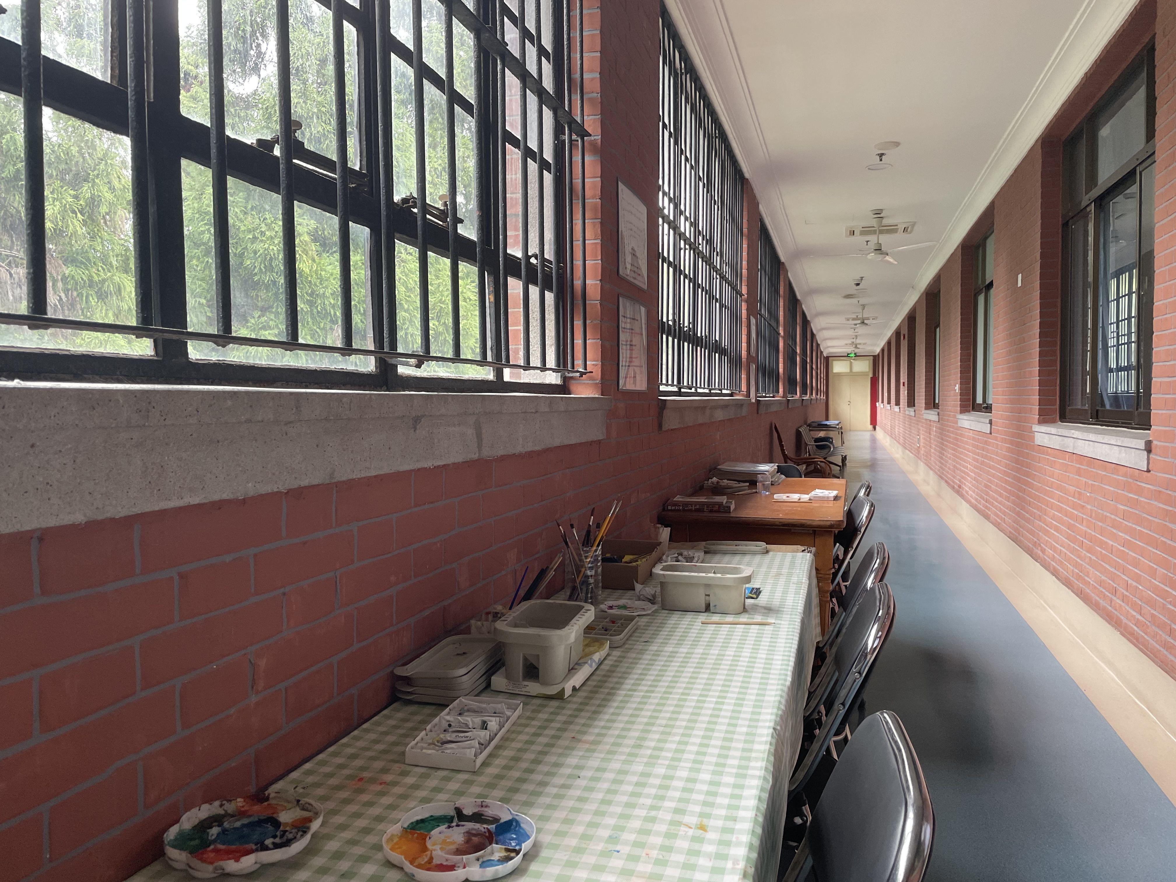 闵行院区病房走廊里开办的画室。新京报记者周思雅 摄
