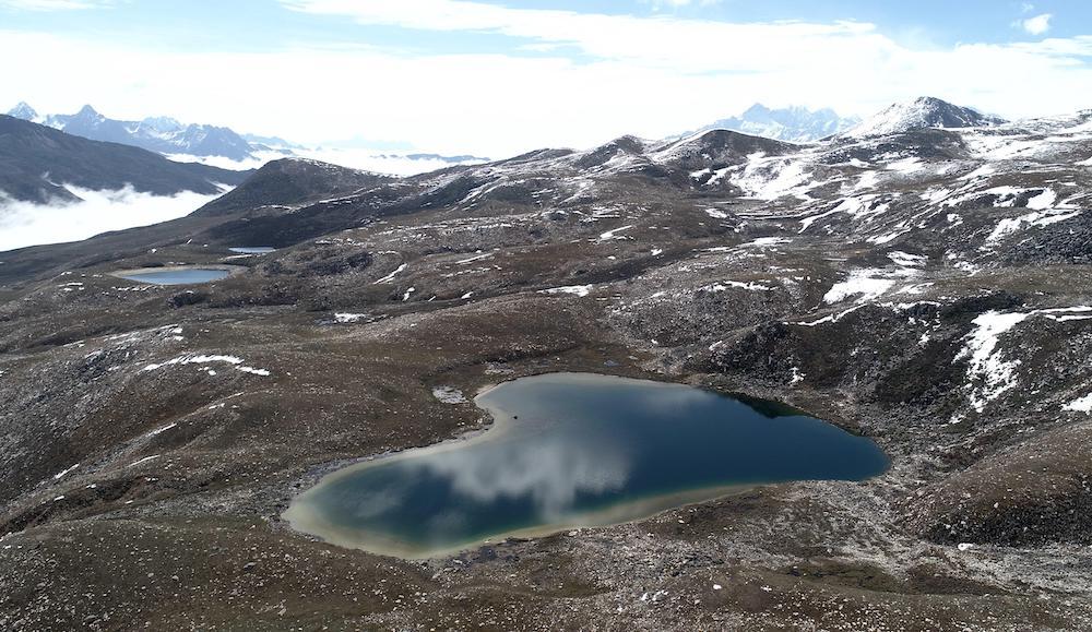 康定情歌(木格措)风景区的心形湖泊        视觉中国 图