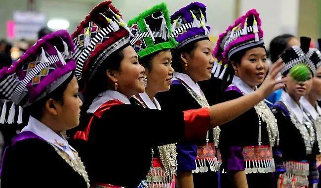 美国苗裔至今还保留着传统民族服饰,并会在一起庆祝苗族新年。图源:网络