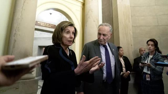 ↑民主党宣布将把暂停债务上限生效与必须投票通过的上述政府拨款法案捆绑在一起。图为众议院议长佩洛西(左)与参议院多数党领袖舒默(右)。