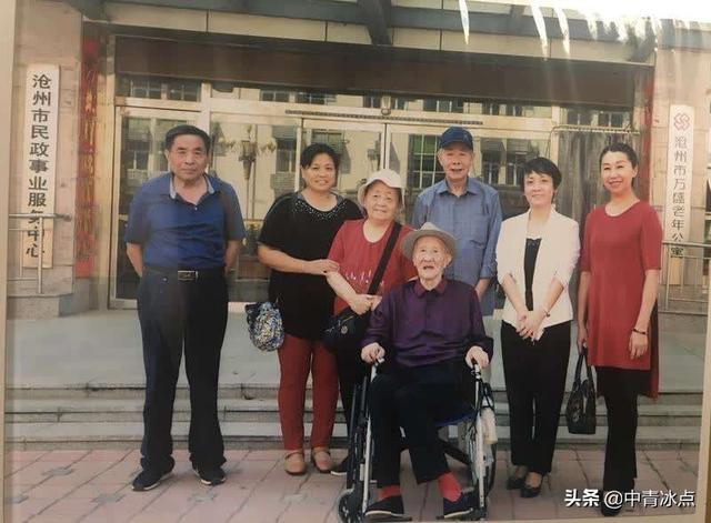 侄子方继武赶来沧州与叔叔方桂馥相见,并在老年公寓门前合影留念。(受访者供图)