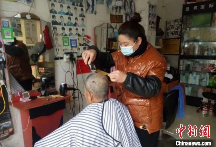 理发店免费为老人理发。 何国华 摄