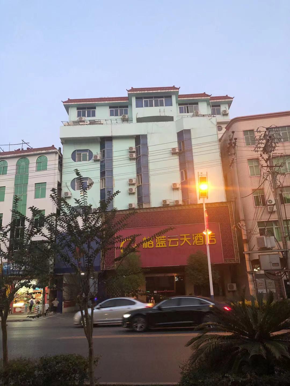 KTV在附近一家酒店租了一些房間,供KTV部分管理人員和外地員工居住,相當于是