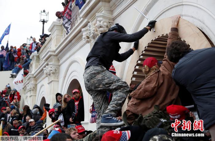 当地时间1月6日,美国华盛顿,支持特朗普的抗议者发起抗议示威。