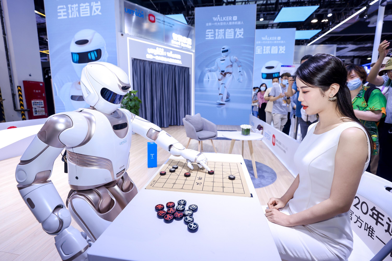 人工智能大会探营|这个仿人服务机器人能上楼、下棋,还能做按摩