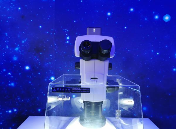 科普展览上展示的月壤 摄影:澎湃新闻记者 谢瑞强