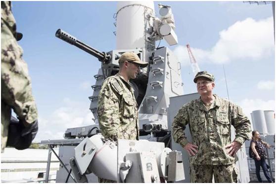美国海军作战部长吉尔迪到军舰上视察(右)