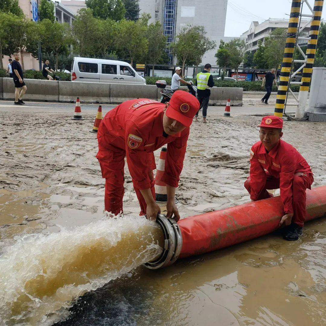 """▲ 中国安能唐山救援基地10名救援人员,携带""""龙吸水""""抵达郑州。 图/视觉中国"""