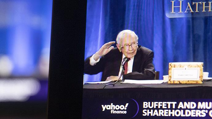 当地时间2021年5月1日,美国伊利诺斯州提斯基瓦,电脑屏幕上在播放伯克希尔哈撒韦公司的线上股东大会。人民视觉  图