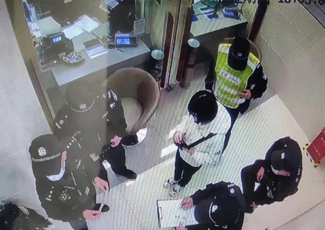 警方赶到银行现场。