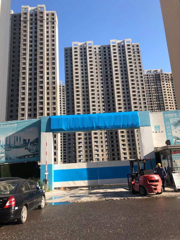 业主于9月8日拍摄的施工现场,承建方已将大门处原有施工单位名称用蓝布遮挡了起来。