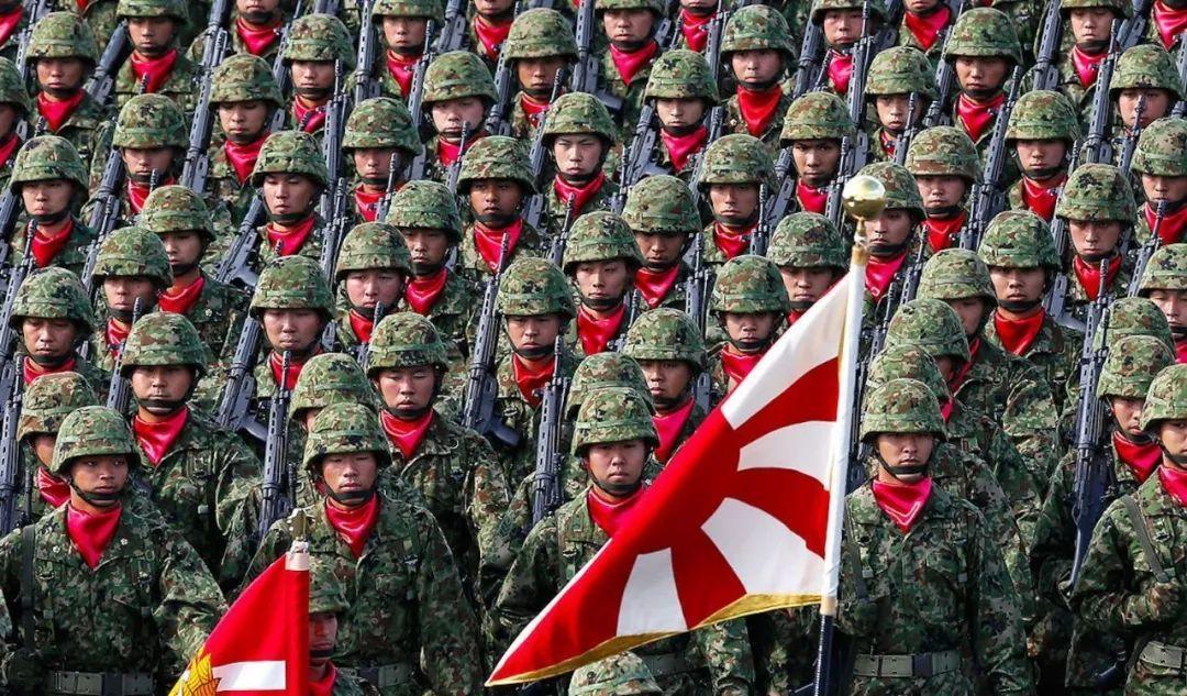 """▲ 日本自卫队特种作战部队打出臭名昭著的""""旭日旗""""接受检阅。"""