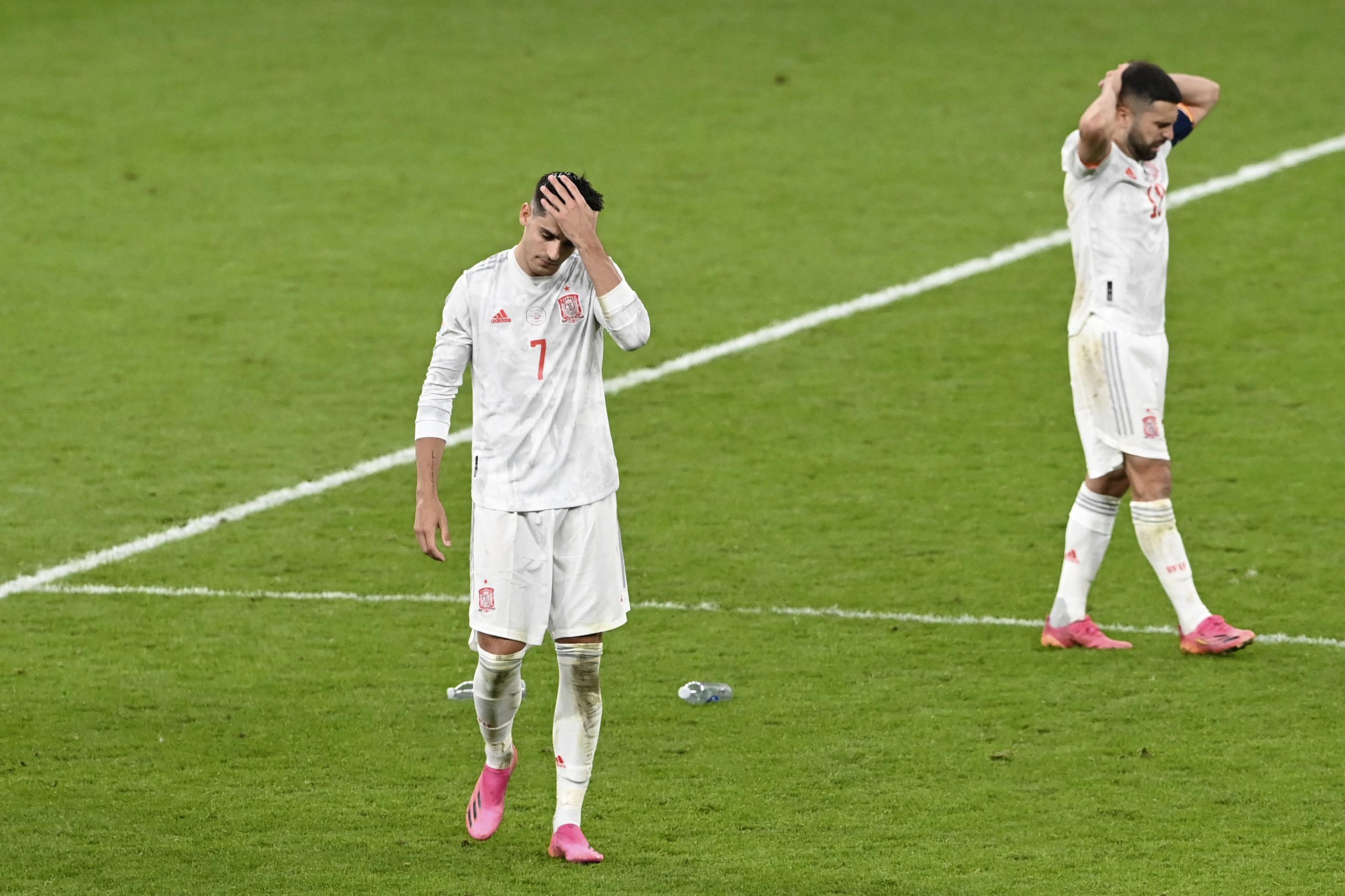 莫拉塔(左)罚丢关键点球。