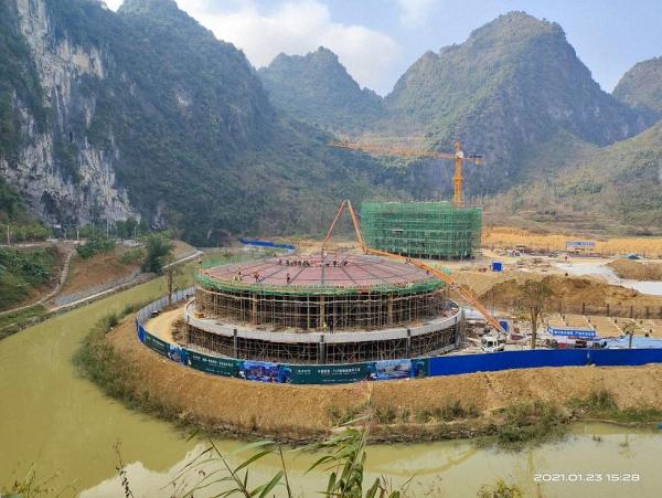 2021年1月,督察人员暗访时发现,内龙桃花源洼地国家级地质遗迹点正在建设的凤栖桃源项目2栋建筑。