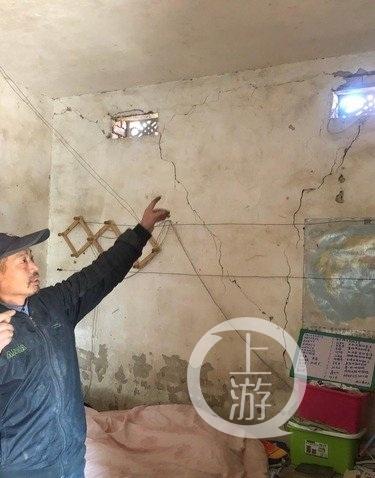 ▲一户民房被震裂开的裂缝。图片来源/新华视点